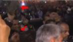 Ahmadinejad contestato al Cairo: un uomo gli lancia una scarpa