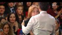 Beppe Fiorello abbraccia la moglie di Domenico Modugno
