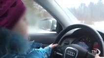 Lezione di guida a bambina di 8 anni. Raggiunti i 100 km/h circa