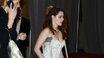Kristen Stewart in stampelle sul red carpet degli Oscar 2013