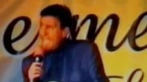 Gigi Sabani durante il suo ultimo spettacolo imita Adriano Celentano