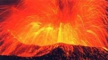Durante l'eruzione dell'Etna, una pioggia di lapilli si abbatte sui paesi vicini