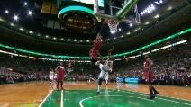 Pazzesca schiacciata di Lebron James contro i Boston Celtics