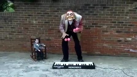 Suona la tastiera con le palline, un artista di strada incanta i passanti