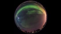 Un flare gigantesco tocca l'atmosfera terrestre e genera un'aurora boreale magnifica