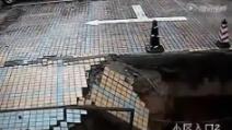 Cina, crolla il marciapiede: ragazzo resta sepolto dalle macerie