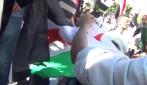 A fuoco la bandiera dei rivoluzionari siriani