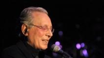 """Enzo Jannacci canta """"E la vita, la vita"""" in un concerto live del 1986"""