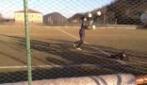 Mattia Perin fa il giocoliere in allenamento