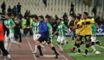 Autogol dell'AEK Atene, i tifosi invadono il campo e tutti scappano via