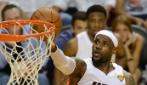 """LeBron James si passa da """"solo"""" il pallone e schiaccia"""