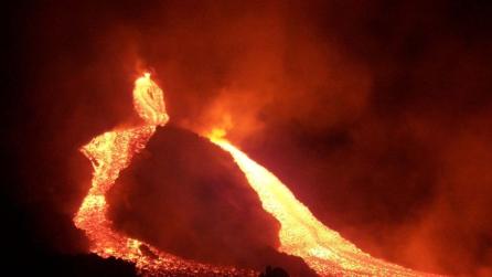 Eruzione notturna dell'Etna: boati e fiumi di lava