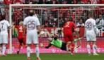 Tom Starke del Bayern Monaco para un rigore con la faccia