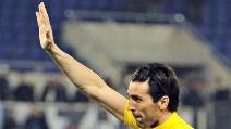 Buffon saluta i tifosi della Lazio sotto la Curva Nord dell'Olimpico