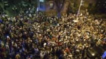 Boston, ragazzi in strada cantano l'inno nazionale dopo l'arresto di uno dei sospettati