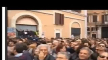 """In Piazza Montecitorio la gente urla: """"Buffoni! Fuori! Vergogna!"""""""