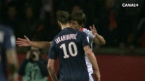 Avversario bacia Ibrahimovic durante PSG-Nizza