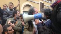 FUORI! FUORI! Manifestazione M5S a Roma I giornalisti vengono accolti con un personale benvenuto