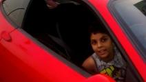 Fa guidare una Ferrari al figlio di 9 anni, arrestato