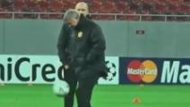 Sir Alex Ferguson tenta il palleggio, ma non gli riesce