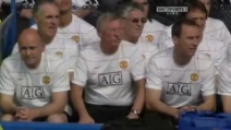 Sir Alex Ferguson si spaventa allo scoppio di un palloncino