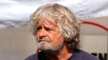 """Grillo assediato dai cronisti durante la sua """"prima"""" alla Camera"""
