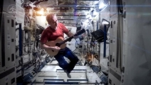Canta Space Oddity dalla Stazione Spaziale