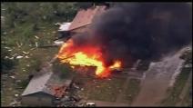 Casa in fiamme dopo il tremendo tornado in Oklahoma