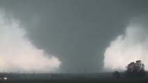 La potenza del tornado ripresa in un video amatoriale