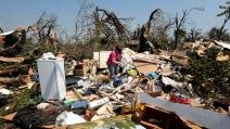 Famiglia esce fuori dalla cantina dopo il tornado in Oklahoma: devastazione assoluta