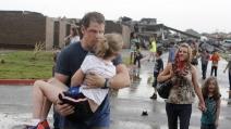 Tornado Oklahoma, maestra salva i suoi alunni sdraiandosi sopra di loro