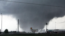 Incontro ravvicinato col tornado in Oklahoma: ecco come nasce e distrugge