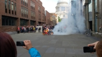 Il burnout di Marc Marquez al Millennium bridge