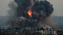 Gaza, missili israeliani su centro abitato massacrano la famiglia del medico palestinese El-Farra