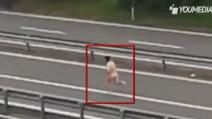 Si spoglia in strada e corre nudo tra le auto