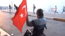 Turchia, polizia usa gli idranti contro un manifestante sulla sedia a rotelle