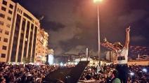 """Istanbul, suggestivo concerto a Piazza Taksim, il pianista Davide Martello suona """"let it be"""" e """"imagine"""""""