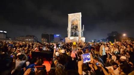 """Istanbul, concerto a Piazza Taksim, il pianista Yiğit Özatalay suona """"Bella Ciao"""", la folla esulta"""