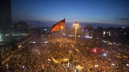 Istanbul, Piazza Taksim, anche i poliziotti applaudono il pianista Davide Martello