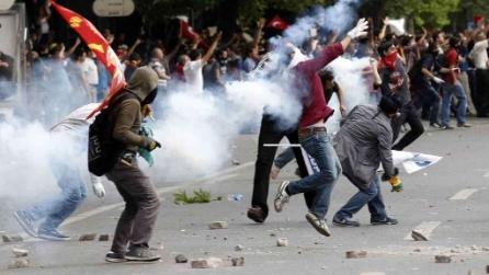 Come i manifestanti neutralizzano i gas lacrimogeni della polizia