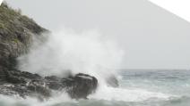 Turista rischia di annegare nel mare in tempesta: salvata da tre eroi