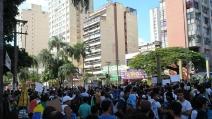 Migliaia di persone in strada, un fiume di gente invade le vie di Goiânia