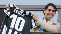 Tevez mostra la maglia numero 10 dalla sede della Juventus