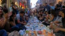 Istanbul, per terra in via İstiklal i manifestanti improvvisano il primo Iftar del Ramadan