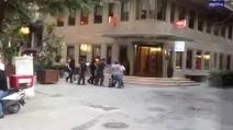 Istanbul, tre ragazzi aggrediscono i passanti. La polizia sta a guardare