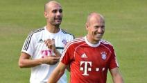 Guardiola dà un calcio a Robben in allenamento (2013)