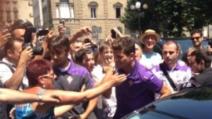 Mario Gomez alle visite mediche: il bomber scatena il delirio dei tifosi