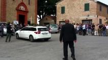 L'arrivo del feretro di Andrea Antonelli in chiesa