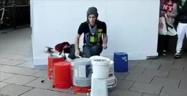 """Un vero """"artista da strada"""" suona la batteria magnificamente"""