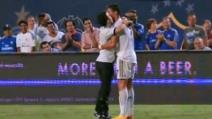 Cristiano Ronaldo abbraccia a lungo un tifoso e lo 'salva' dalla security